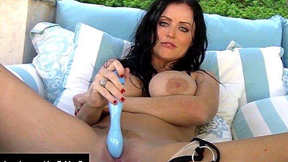 Сиськастая баба ласкает киску секс-игрушками (Sophie Dee)