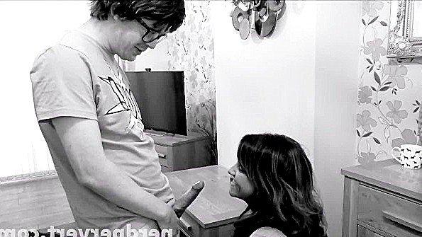 С большой грудью британка в возрасте инцест любительница облизывает кукан