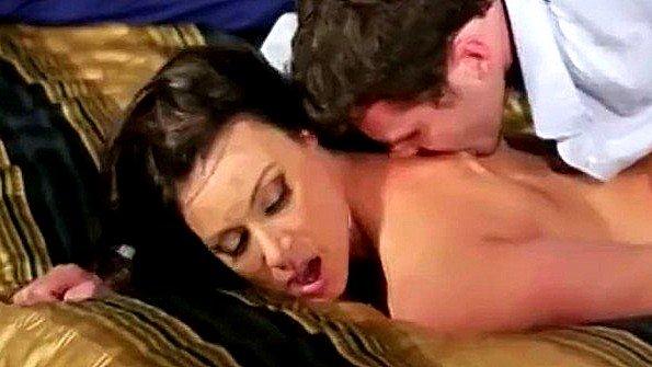 Жопастая грудастая большим хуем брюнетка жесткий секс зрелка инцест (Kendra Lust)