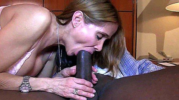 Толстым членом мама заглатывает писюн с негром (Hot Wife Rio, Mariah Milano)