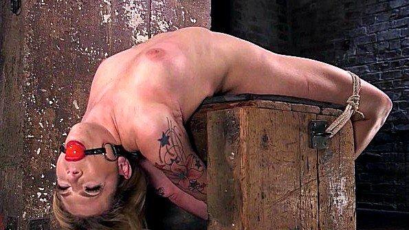 Связанная блонда изнасиловали (Dahlia Sky)