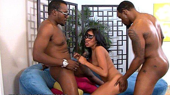 Жесткий секс с камшотами негритянка втроем (Yasmine De Leon)