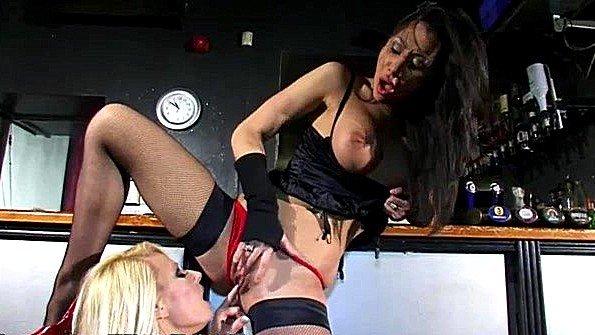 С большими дойками классная лижет манду лесбиянки (Michelle Thorne)