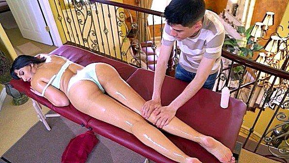 С большими дойками огромным хуем мамашка на массаже (Jordi El Nino Polla, Mercedes Carrera)