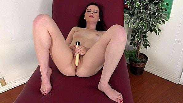 Телка треплет пилотку секс от 1-го лица секс-игрушкой